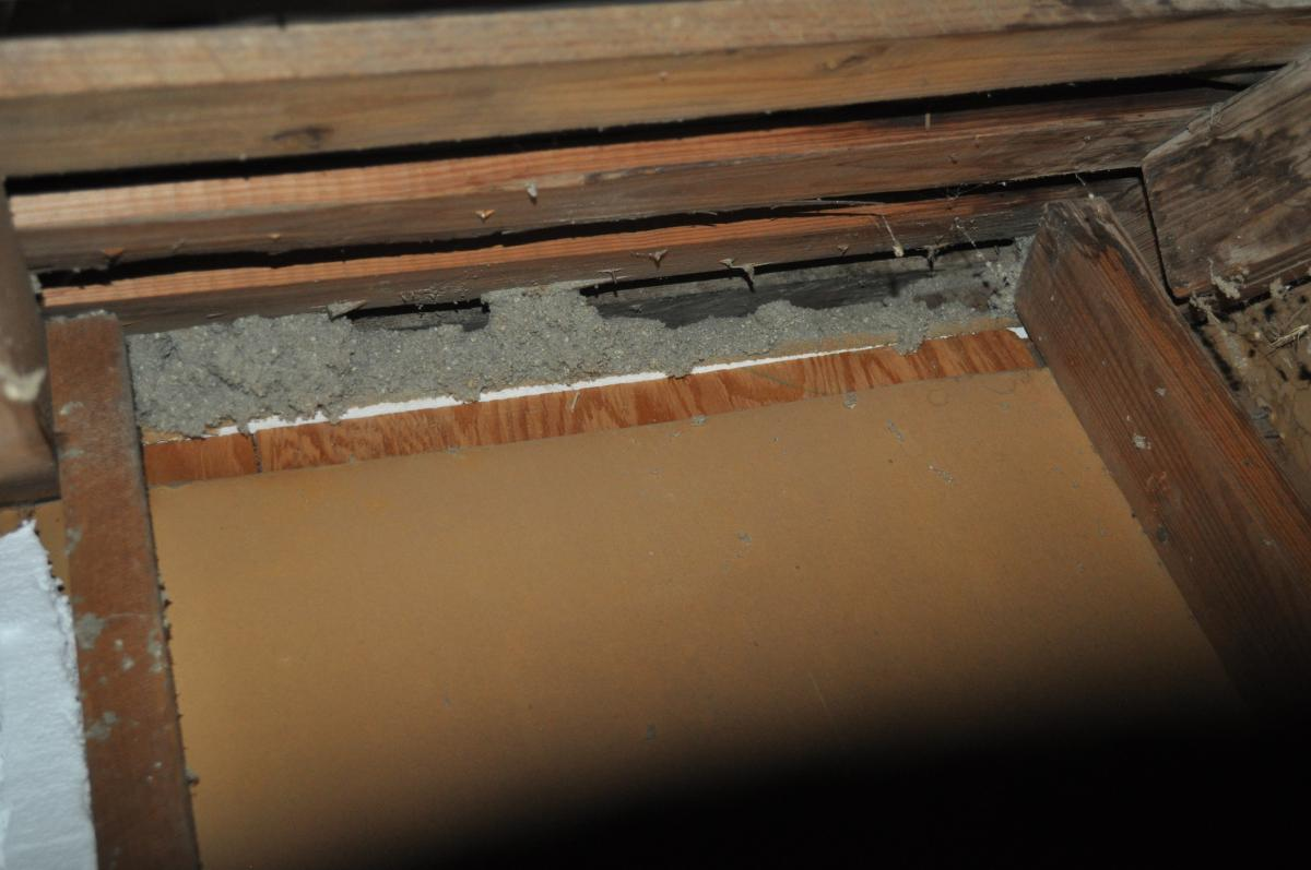 This kneewall has no top plate and the resulting gap provides a wide-open pathway for air and vapor to travel between the living space and the attic, even though the cavity has been filled with insulation