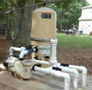 Variable-speed pump with low head loss filter and piping layout